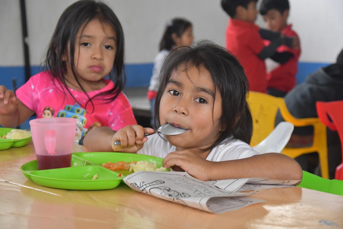 girl-eating-guatemala
